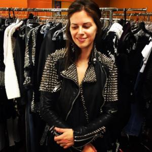 девушка в куртке в рок-стиле
