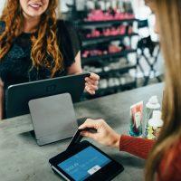 10 способов как повысить продажи в магазине одежды