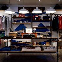 Как правильно развесить одежду в магазине: цветовые схемы