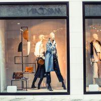 Как оформить магазин одежды: шарфы