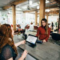 Как оформить зону кассы в магазине одежды: секреты мерчендайзинга