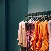 Как неправильно развешивать одежду в магазине по цветам